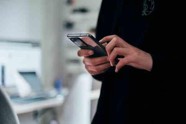Pessoa segurando smartphone